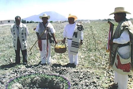 Ceremonia Náhuatl antes de iniciar las actividades productivas: Bendición de la tierra, semillas (materiales genéticos autóctonos) y recursos para un año abundante.